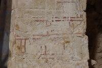 Despiece doble sobre encalado. Se aprecian las incisiones en el morterio y los restos de pinturas posteriores