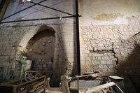 Vista general del muro sur con la apertura de la capilla.