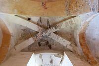 Bóvedas de crucería que soportan la torre con restos pictóricos