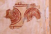 Espirales y círculos concéntricos en el muro norte.