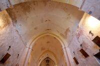Vista general de la iglesia con las catas y los desprendimientos de revestimientos pictóricos.