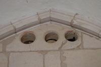Parte superior del muro sur con unos óculos con restos de pintura roja