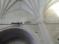 Vista del muro sur con el resto del ventanal medieval en la parte superior.