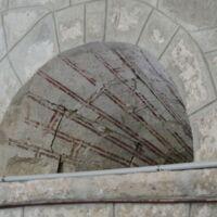 Vista de un ventanal aparecido al sacar la piedra del templo con despice doble
